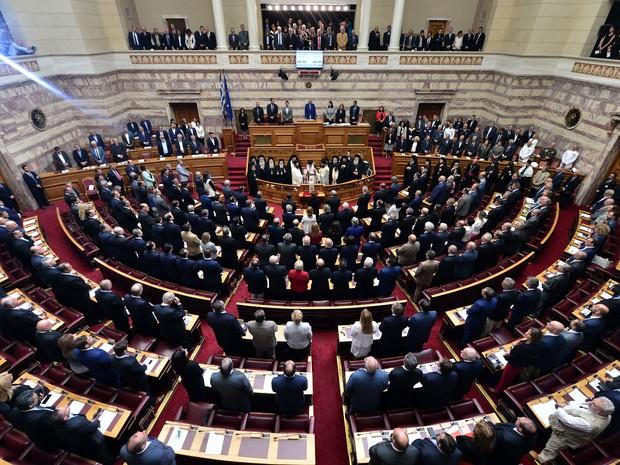 Arcebispo de Atenas fala na cerimônia de posse dos novos deputados no parlamento grego (Foto: AFP/ Louisa Gouliamaki)