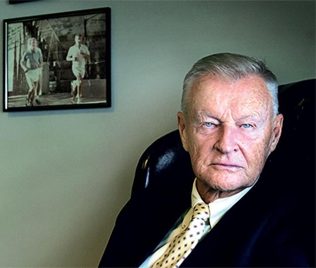 O ESTRATEGISTA Brzezinski no seu escritório em Washington. Ele está otimista com a aproximação entre EUA e Irã  (Foto: Karen Ballard/Redux)