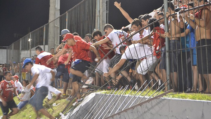 Torcedores do América-RN derrubam grade do Frasqueirão (Foto: Jocaff Souza/GloboEsporte.com)