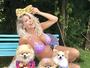 Karina Bacchi posa com seus pets e mostra barriga de grávida