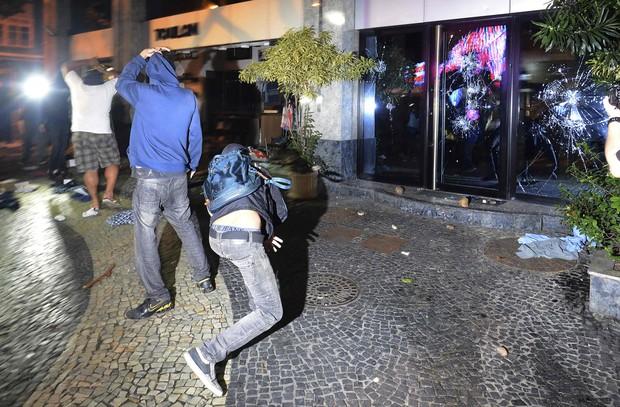 Manifestantes depedram a loja Toulon, no Leblon, no Rio de Janeiro (Foto: Reuters)