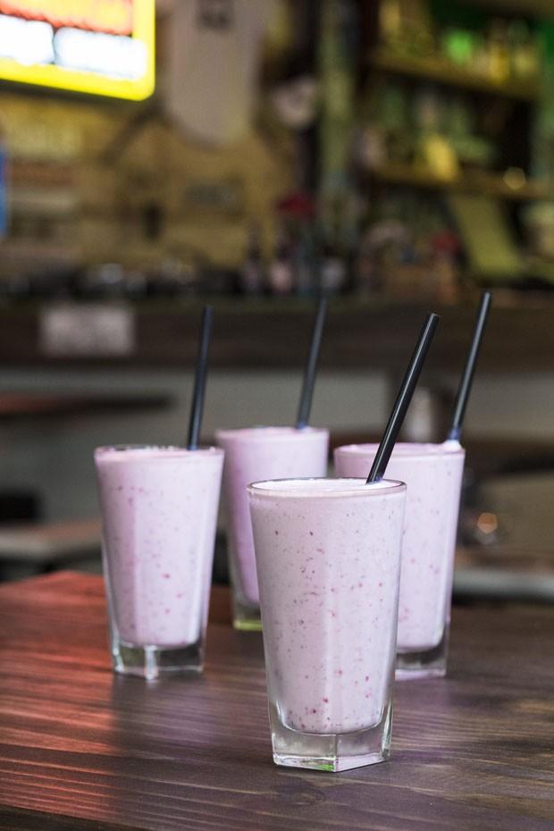 Como fazer um milk-shake de frutas vermelhas sem usar liquidificador