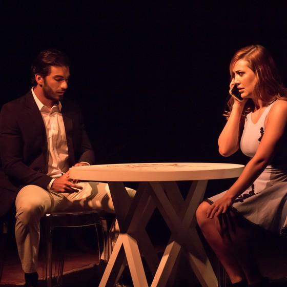 Hugo Moura em cena do espetáculo Oi, quer teclar? que reestreia nesta quinta-feira no Rio (Foto: Divulgação)