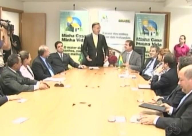 Representantes do governo acreano e federal se reuniram para discutir os andamentos da obra  (Foto: Amazônia TV)