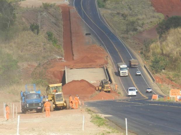 Rodovia BR-050 em obras no trajeto Araguari à divisa com o estado de Goiás (Foto: Caroline Aleixo/G1)
