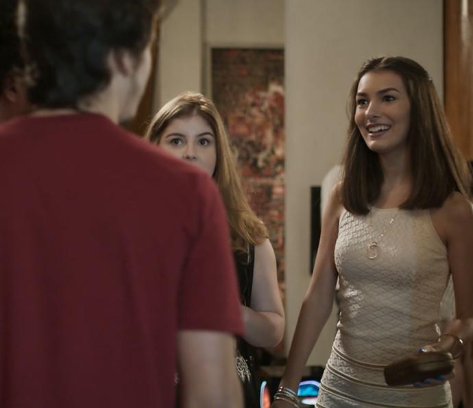 Yasmin chega na festa de Zac e Tom na casa de Gui (Foto: TV Globo)