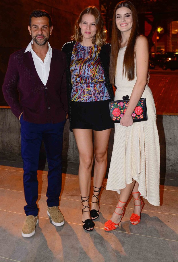 Alexandre Birman (CEO da Arezzo),  Johanna Stein Birman e Camila Queiroz (Foto: Leo Franco/AgNews)