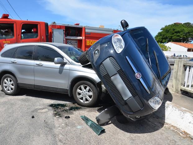 Segundo o sargento Gualberto, do Corpo de Bombeiros, a condutora do Fiat Palio ignorou uma placa de 'pare' e avançou na via. A condutora do Honda CRV, que tinha preferência, acabou colidindo na lateral do outro veículo. Ainda de acordo com o sargento, apenas a condutora do Palio teve ferimentos. Ela tinha escoriações no braço, além de sentir dores abdominais e foi socorrida em um carro particular para o Hospital da Unimed. (Foto: Walter Paparazzo/G1)
