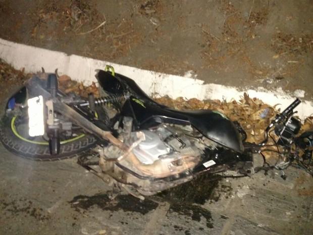 Motocicleta da vítima ficou parcialmente destruída na rodovia (Foto: Auberê Paiva/PRF)