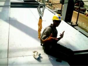 Fábio Hamilton da Cruz, fotografado pouco antes da queda, aparece utilizando equipamento de segurança (Foto: Reprodução/TV Globo)