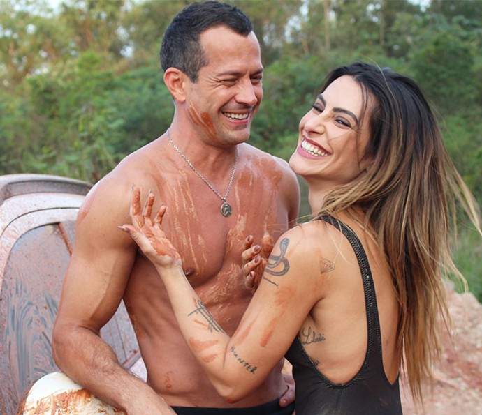 Os atores se divertem em meio a lama (Foto: Paula Oliveira/Gshow)