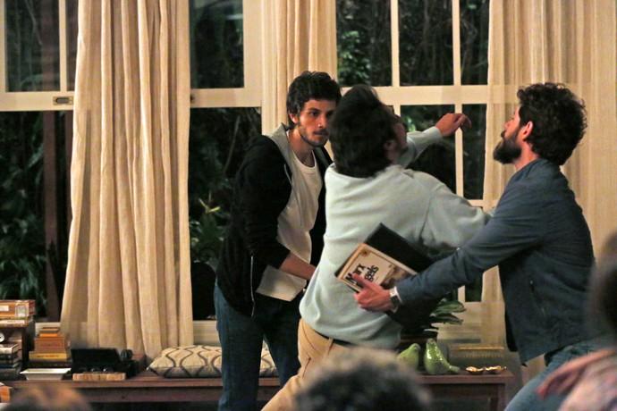 Pedro não aguenta as ofensas de Hércules e bate no irmão (Foto: Isabella Pinheiro/Gshow)