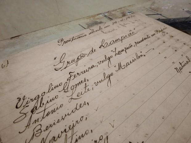 'Prontuário' lista nomes dos 55 cangaceiros do bando   (Foto: Andrea Tavares/G1)