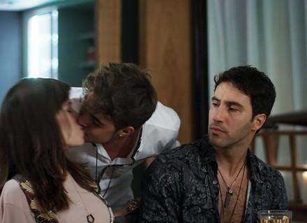 Lázaro arma namoro entre Léo e Nina para limpar a barra do cantor