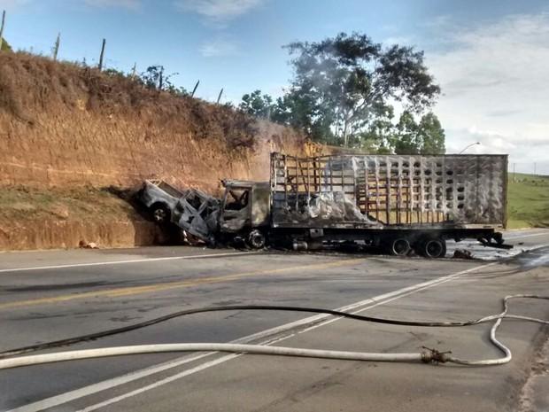 Corpo de Bombeiros controlam as chamas (Foto: Ariele Ruy/ TV Gazeta)