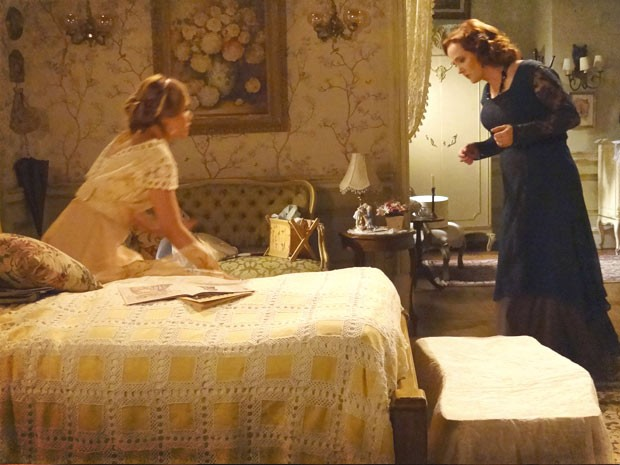 Tem algo embaixo da cama? (Foto: Lado a Lado / TV Globo)