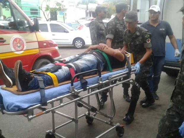Vítimas forma levadas para o Pronto Socorro Municipal (Foto: Bena Santana/G1)