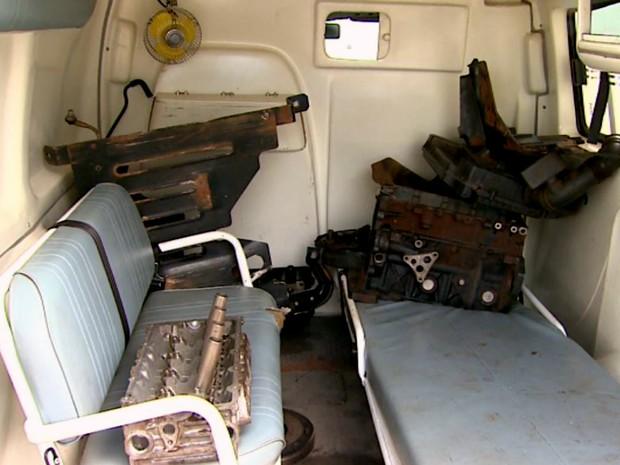 Ambulância sucateada leva motores e peças quebradas sobre as máquinas, em Nuporanga, SP (Foto: Luciano Valentino/EPTV)