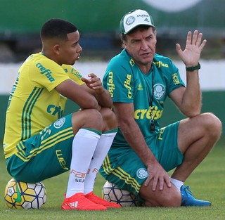 Gabriel Jesus e Cuca conversam após treino do Palmeiras (Foto: Marcello Zambrana / AGIF / Estadão Conteúdo)
