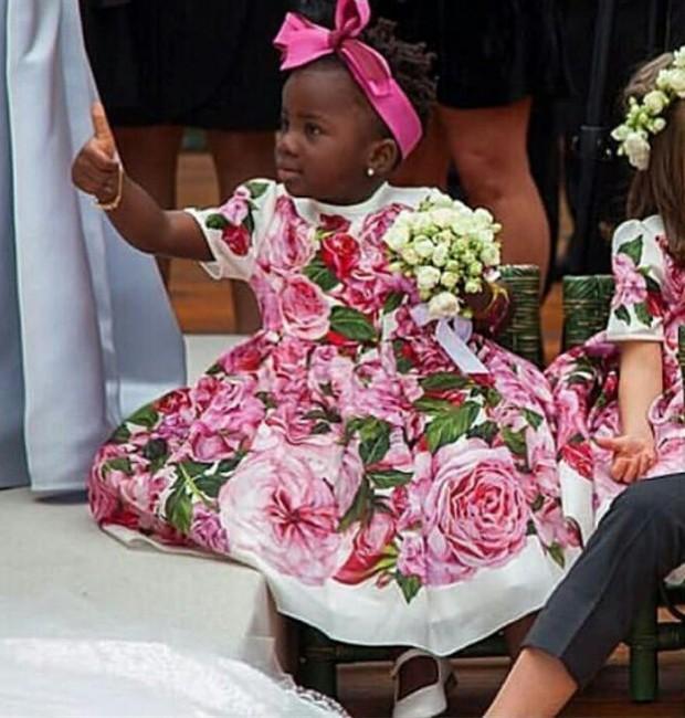 Títi faz sinal de positivo ao ver Bruno Gagliasso e Giovanna Ewbank, padrinhos do casamento, no altar (Foto: Reprodução/Instagram)