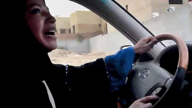 Mulher saudita dirige carro durante protesto em Riad, na Arábia Saudita, em julho de 2011. (Foto: AP)