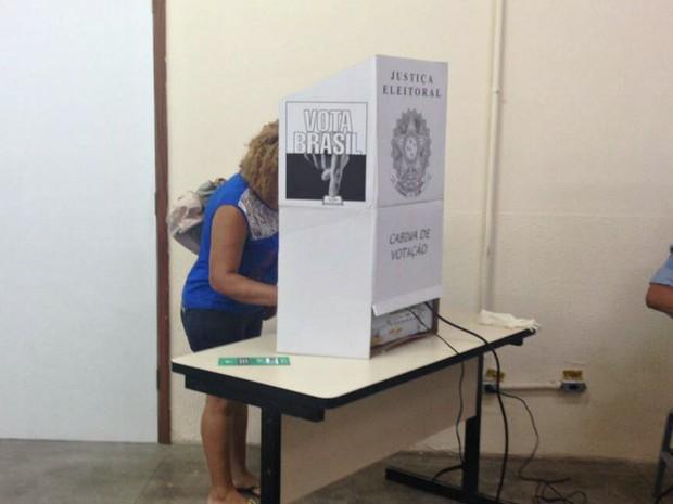 Eleitores de Manaus votam usando o sistema biométrico  (Foto: Indiara Bessa/G1 AM)