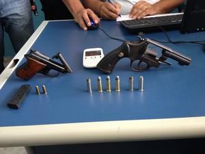 Duas armas foram encontradas com 'Sandrinho'  (Foto: Neidiana Oliveira/G1)