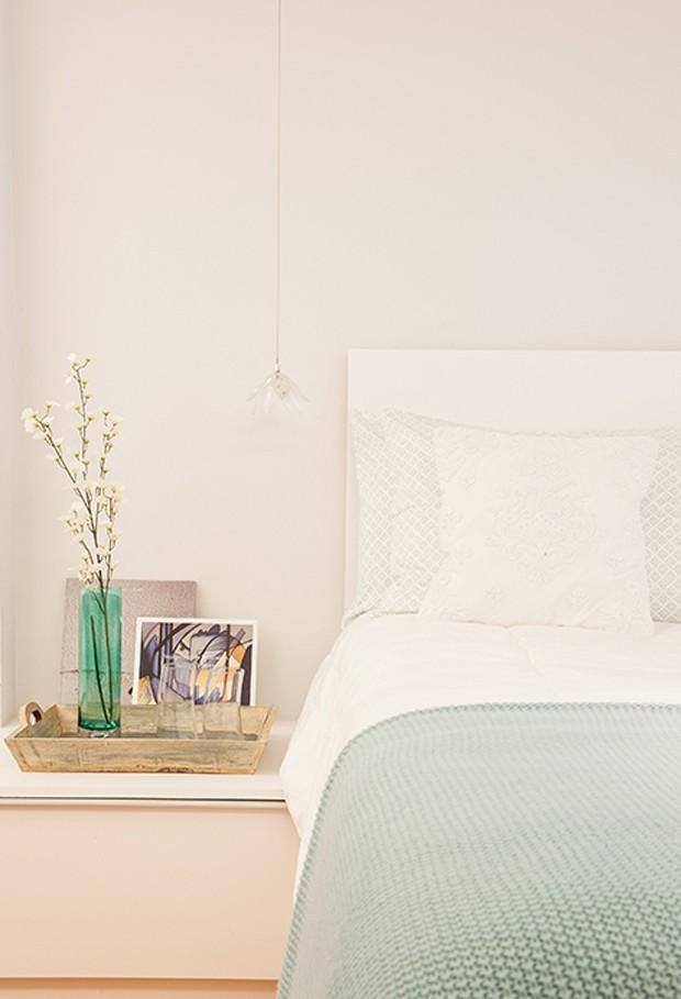 O criado-mudo é uma extensão do banco da área de estar do quarto. O projeto sem paredes deixa o ambiente mais amplo e integrado (Foto: André Santana/Divulgação)