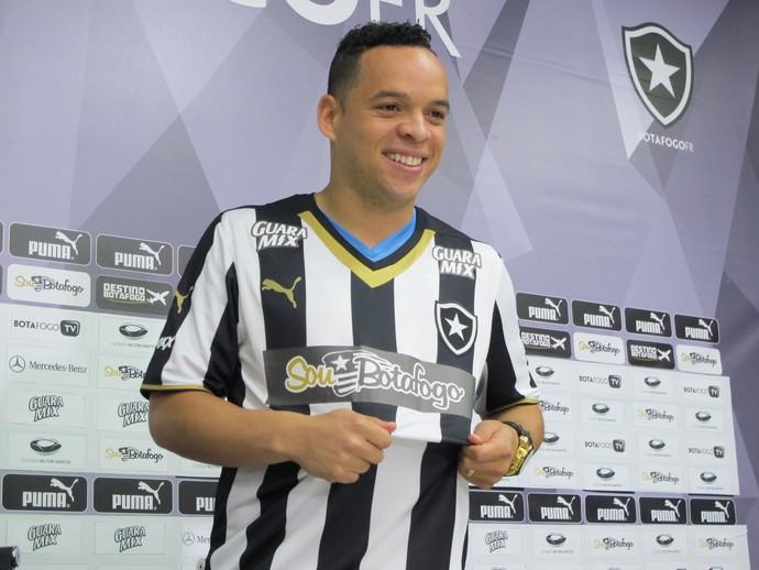 Lulinha é apresentado como novo reforço do Botafogo (Foto: Gustavo Rotstein / GloboEsporte.com)