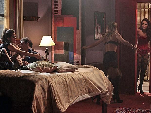 Jéssica dá uma bronca em Rosângela ao vê-la abrindo a porta (Foto: Salve Jorge/TV Globo)