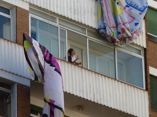 Morador observa o balão que ficou preso na fachada do prédio (Foto: Marcello Sciarotta Zaveri/VC no G1)
