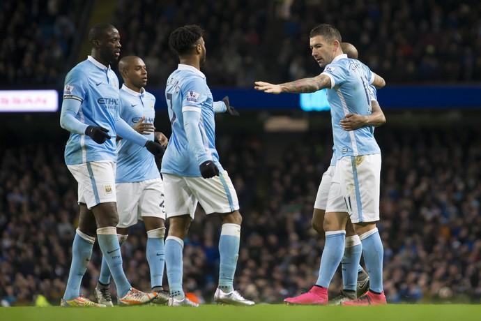 Manchester City comemoração Kolarov (Foto: AP Photo/Jon Super)