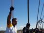 Tocha olímpica desce ponte JK de rapel e cruza Lago Paranoá de canoa