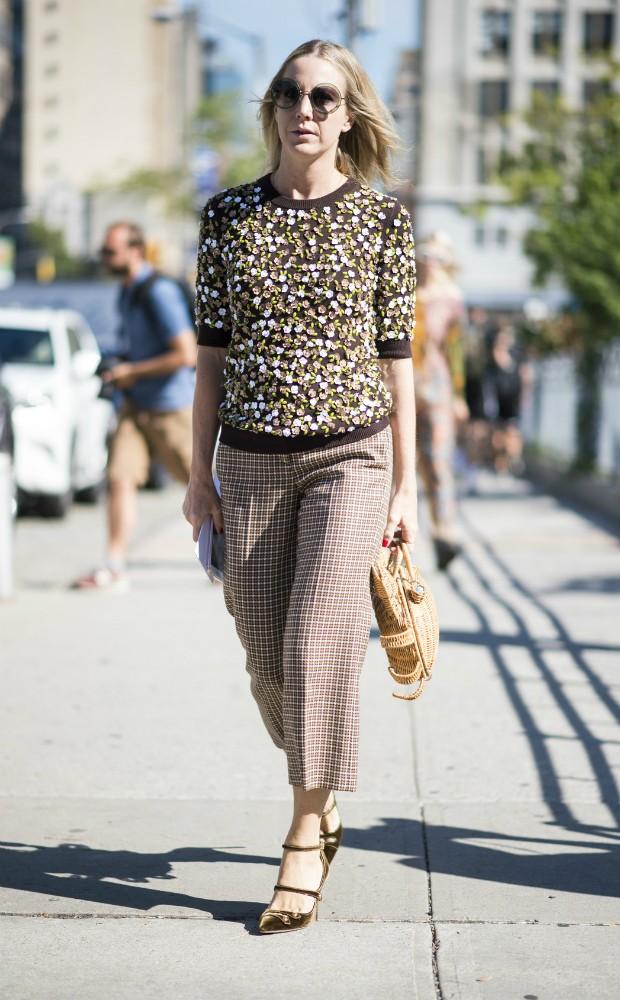 Apesar de ter ares mais relaxados a bolsa de palha também pode entrar em looks mais formais (Foto: Imaxtree)