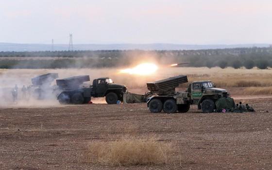 Veículos militares sírios lançam foguetes contra posição de rebeldes em Morek, Síria. Exército sírio iniciou ofensiva com apoio de ataques aéreos russos (Foto: Alexander Kots, Komsomolskaya Pravda, Photo via AP)