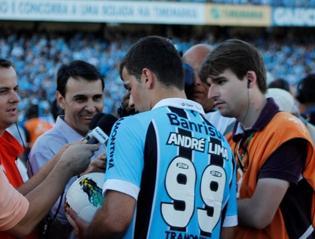 André Lima, atacante do Grêmio leva a última bola do Olímpico (Foto: Diego Guichard / GLOBOESPORTE.COM)