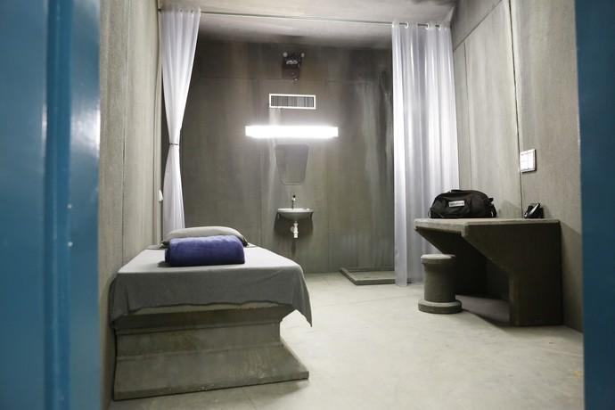 Interior da cela de Supermax: participante conta com cama, pia e vaso sanitário (Foto: Gshow/Ellen Soares)