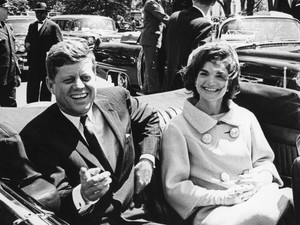 John F. Kennedy e a primeira-dama Jackie Kennedy são fotografados em um carro durante a cerimônia de chegada de Habib Bourguiba, o presidente da Tunísia, em Washington, em 3 de maio de 1961. (Foto: Abbie Rowe/The White House/John F. Kennedy Presidential/Reuters)