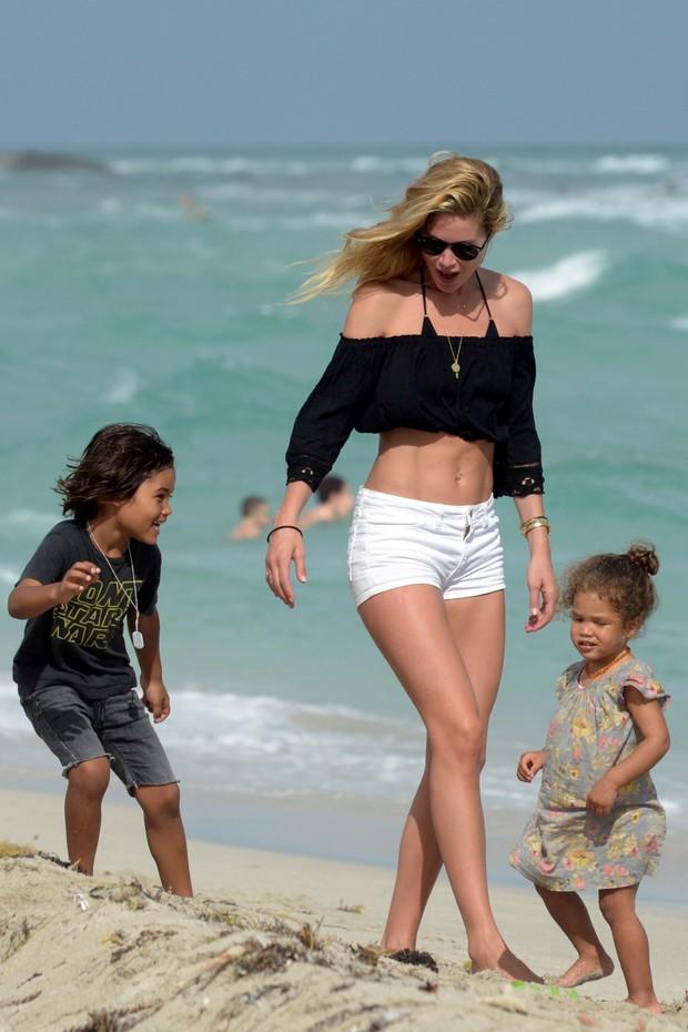 Doutzen Kroes com os filhos, Phyllon e Myllena, em praia em Miami, nos Estados Unidos (Foto: AKM-GSI/ Agência)