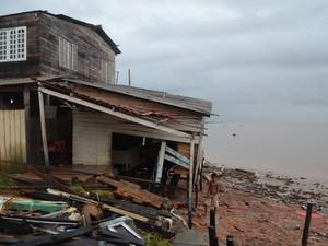 Casas estão ameaçadas na orla de Macapá, na Zona Sul (Foto: Divulgação/Batalhão Ambiental)