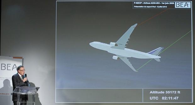 Alain Bouillard, investigador do BEA apresenta relatório final sobre acidente do voo 447 (Foto: Benoit Tessier/Reuters)
