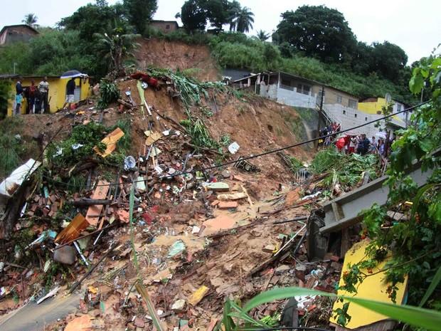 Deslizamento de barreira em Águas Compridas, em Olinda (Foto: Marlon Costa Lisboa/Pernambuco Press)
