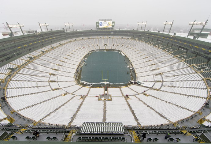 Arquibancada do Lambeau Field coberta de neve, e o gramado protegido antes do jogo (Foto: Reuters)