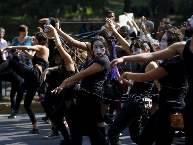 Antes do confrontos com a polícia, grupo de estudantes fez performance durante protesto (Foto: Ivan Alvarado/Reuters)