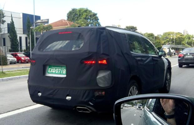 Nava geração do Hyundai Santa Fe já entá em teste no Brasil. O modelo foi fotografado camuflado em São Paulo (Foto: Alexandre Zilotti)