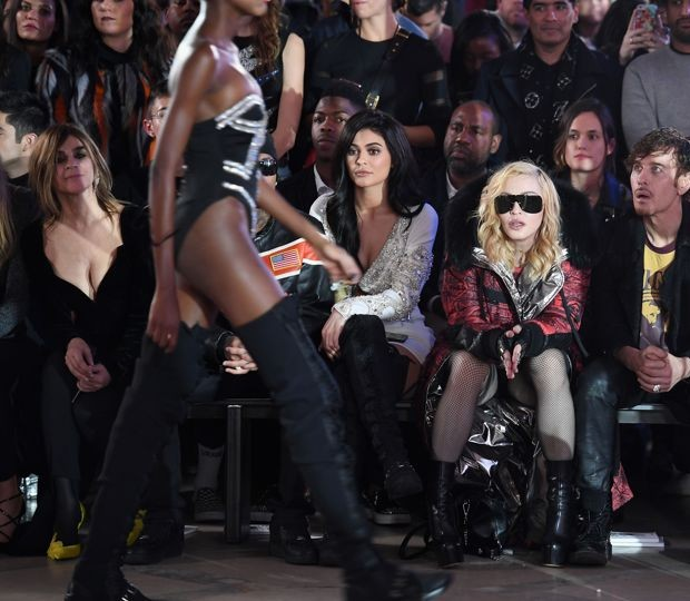 Madonna sitting between Kylie Jenner and Steven Klein at Philipp Plein's Autumn/Winter 2017 show in New York (Foto: Getty Images)