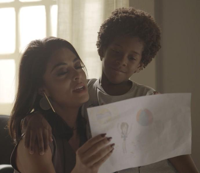 Carol fica emocionada quando Gabriel a chama de mãe (Foto: TV Globo)