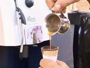 Café é servido em casquinha de sorvete com chocolate belga em Santa Rita do Sapucaí (Foto: Reprodução EPTV)