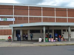 Família de criança atropela aguarda em frente à Santa Casa de São Carlos (Foto: Aline Ferrarezi/G1)
