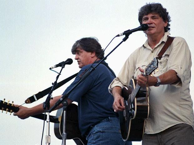 Phil e Don Everly, da dupla Everly Brothers, durante apresentação em 30 de agosto de 1997 (Foto: Suzanne Feliciano/Messenger-Inquirer/AP)
